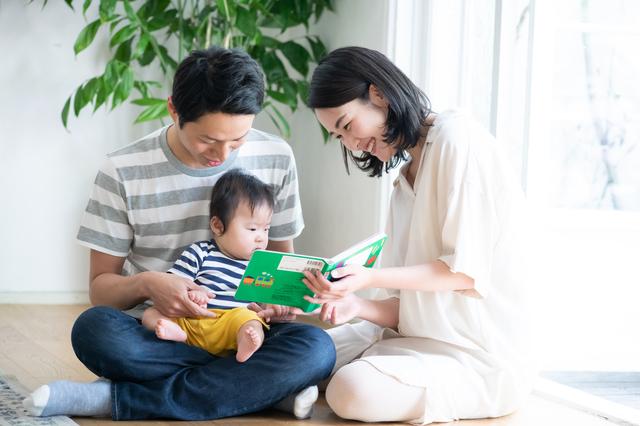 パパ・ママと読み聞かせをする子ども