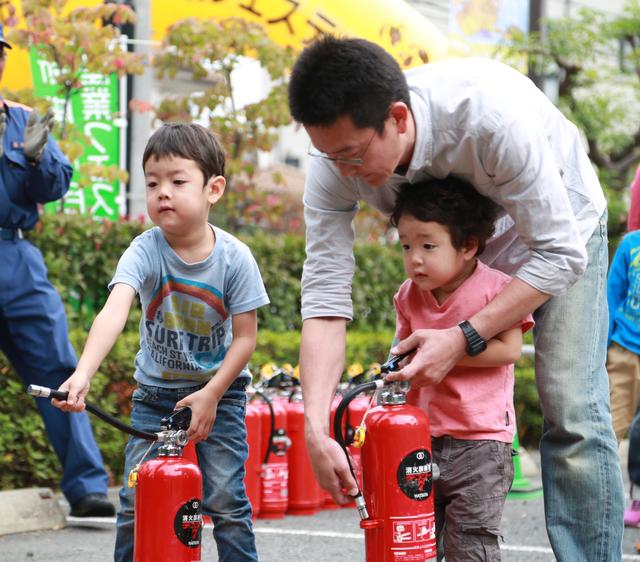 消火訓練中のパパと子ども