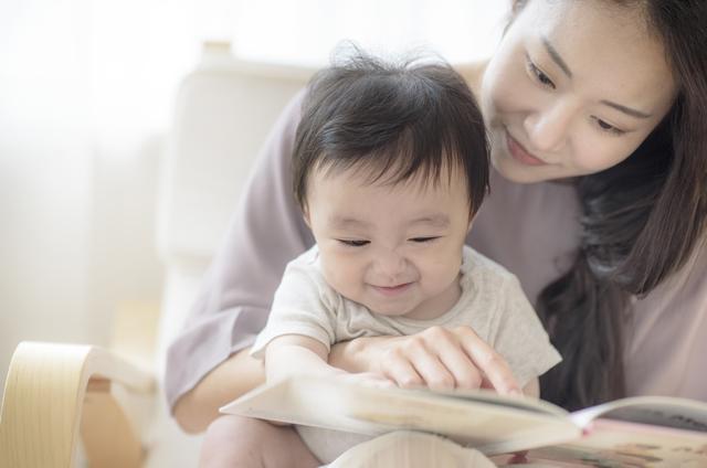 読み聞かせするママと赤ちゃん