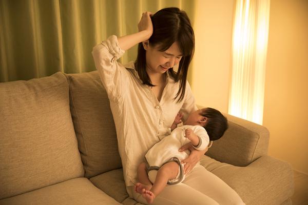 産後の頭痛に苦しむママ