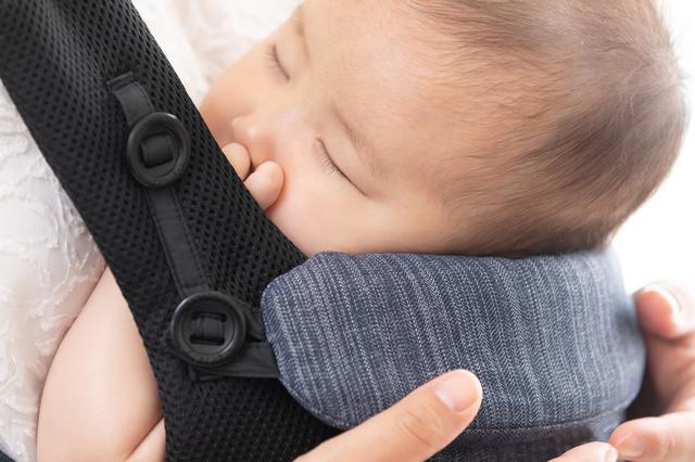 抱っこ紐の中で安心して寝ている赤ちゃん