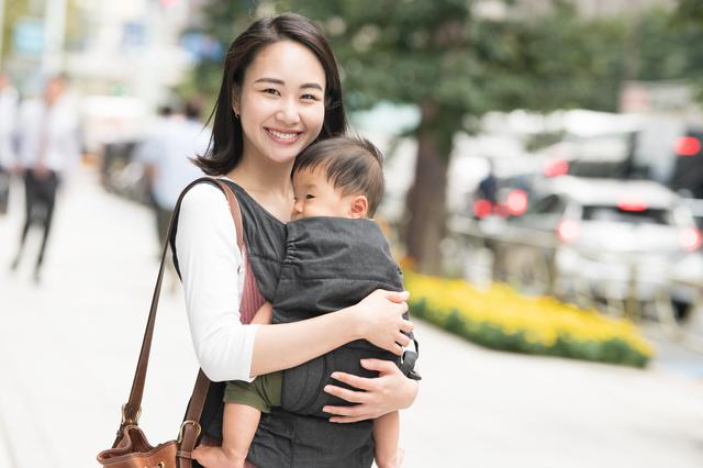 抱っこ紐を使って赤ちゃんを抱っこするママ