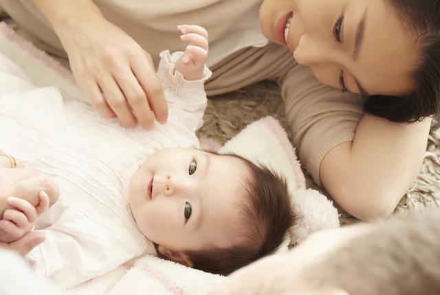 寝転がる赤ちゃんとママ