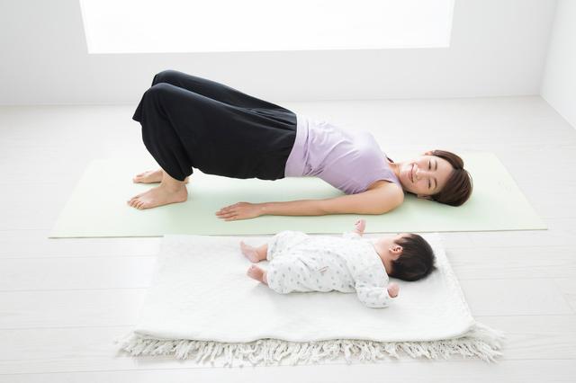 産後ストレッチをするママと赤ちゃん